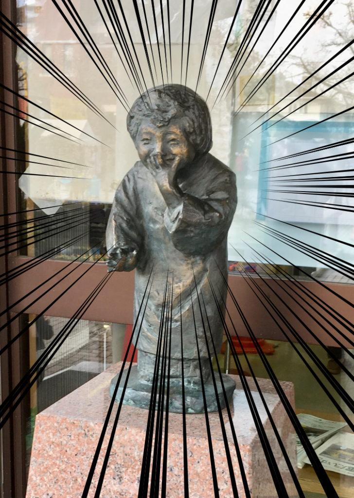 銅像「笑う少女」のアップ画像