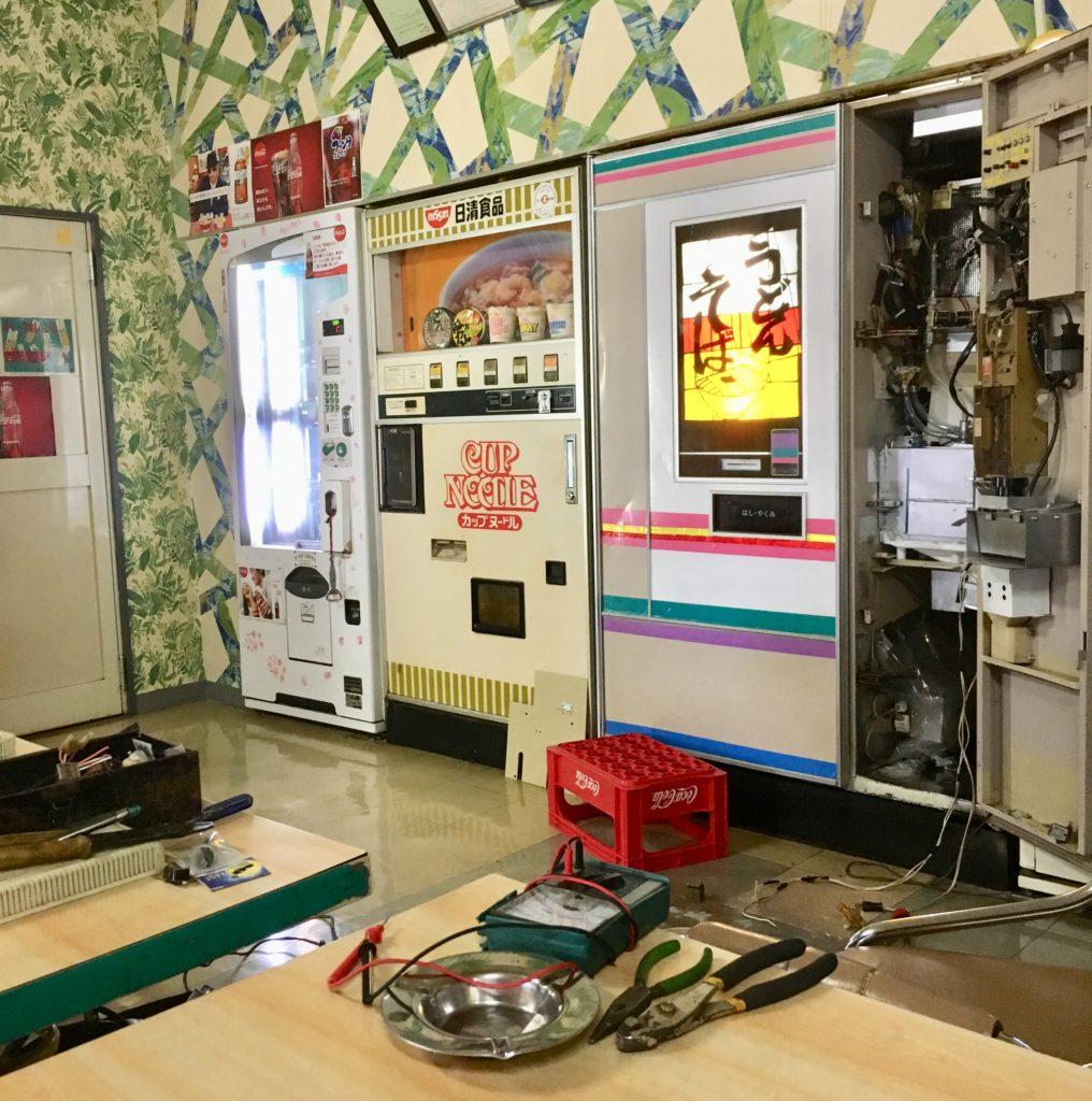 カップヌードルとうどん・そばの食品自動販売機