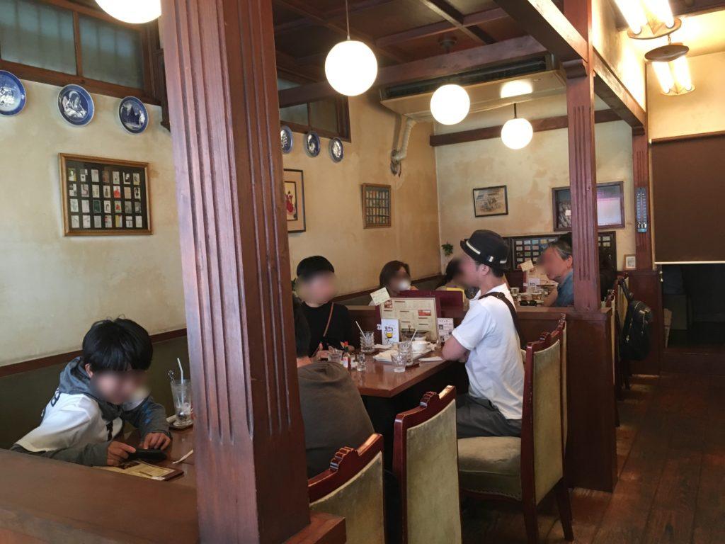 シマノコーヒー大正館のテーブル席