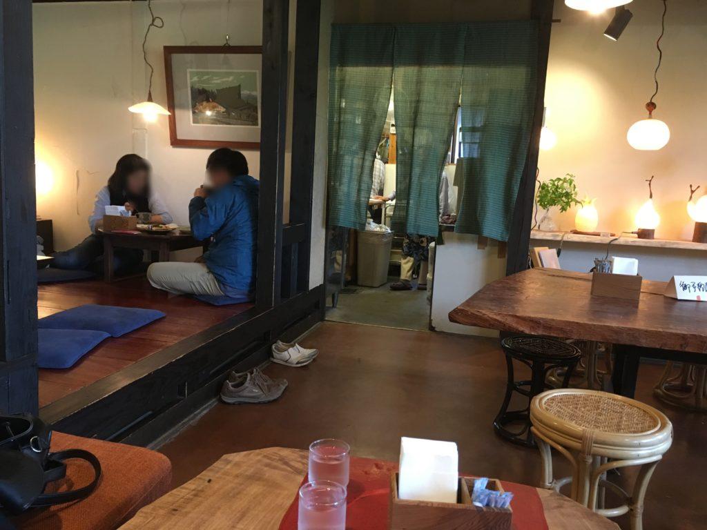 店内のお座敷席とテーブル席