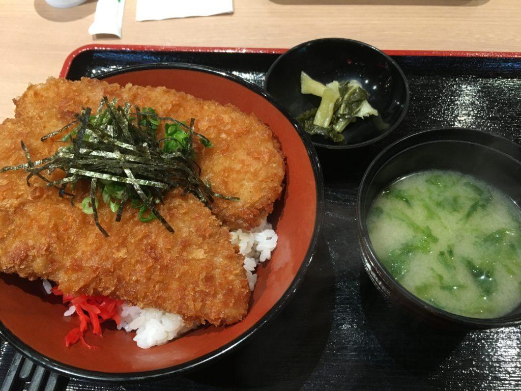 ゴールデンわらじカツ丼・味噌汁・しゃくし菜漬けのセット