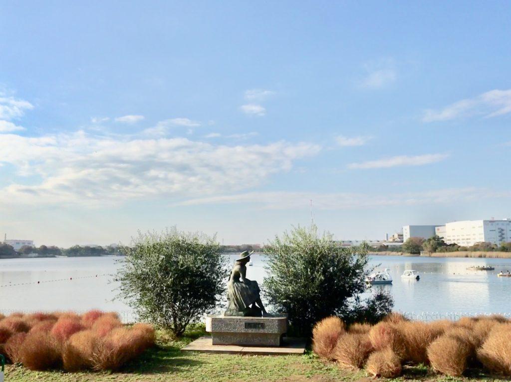 久喜菖蒲公園の銅像と池