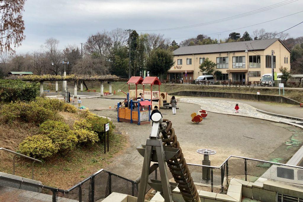 遊具と人工的な川