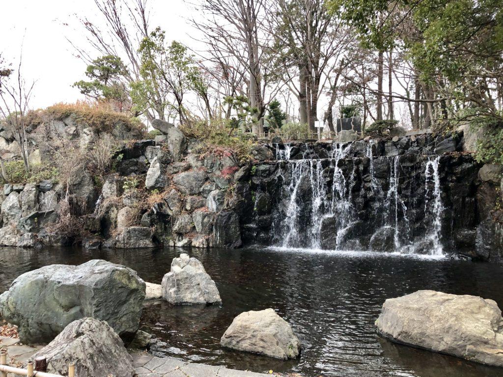 芝生広場の滝