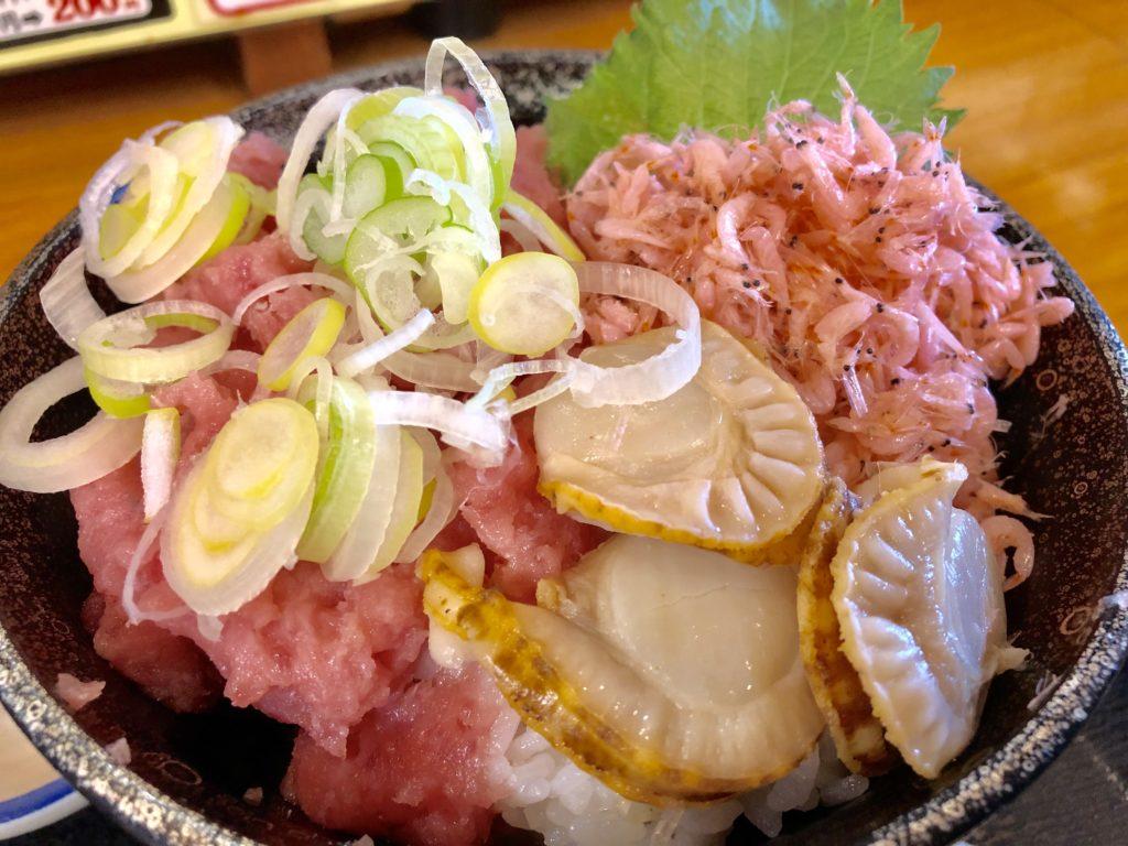 三色丼のアップ写真