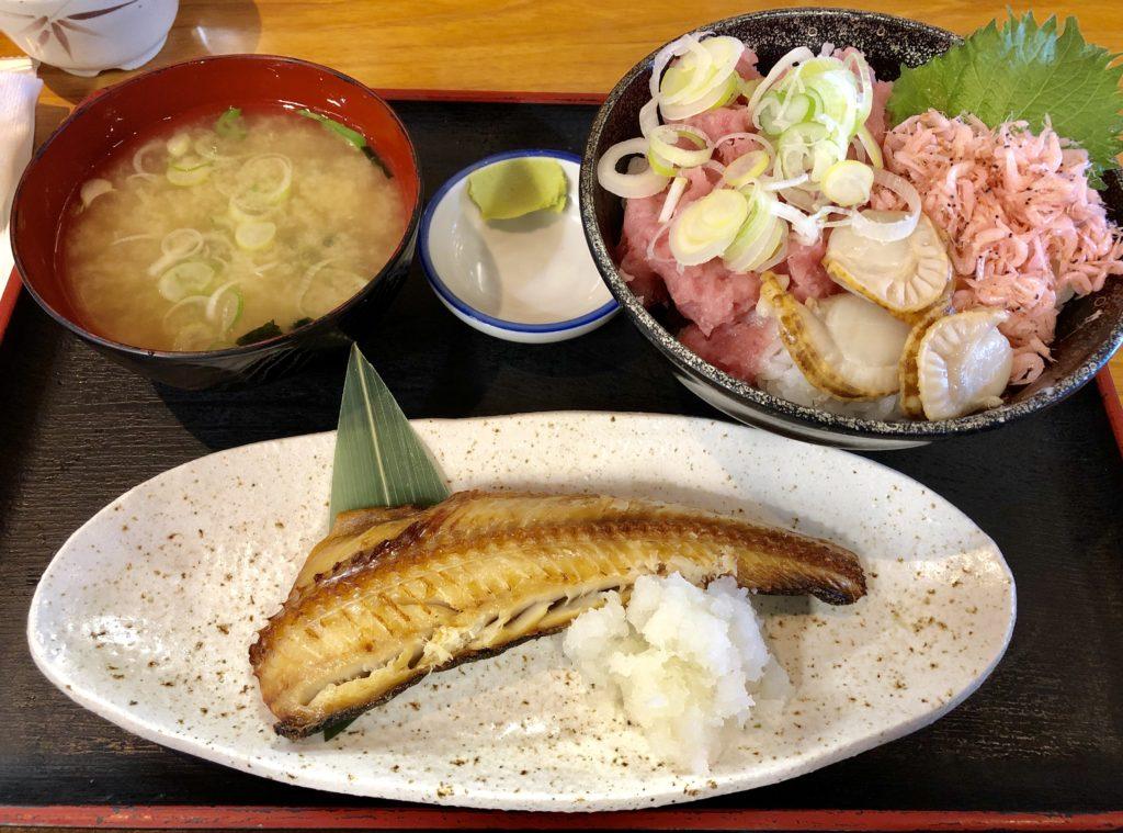 味噌汁・ホッケ・三色丼が付いたサービスセット