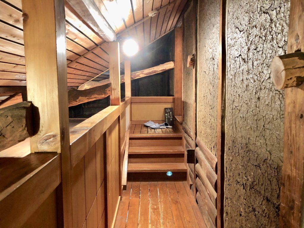 楽風の2階の階段と土壁