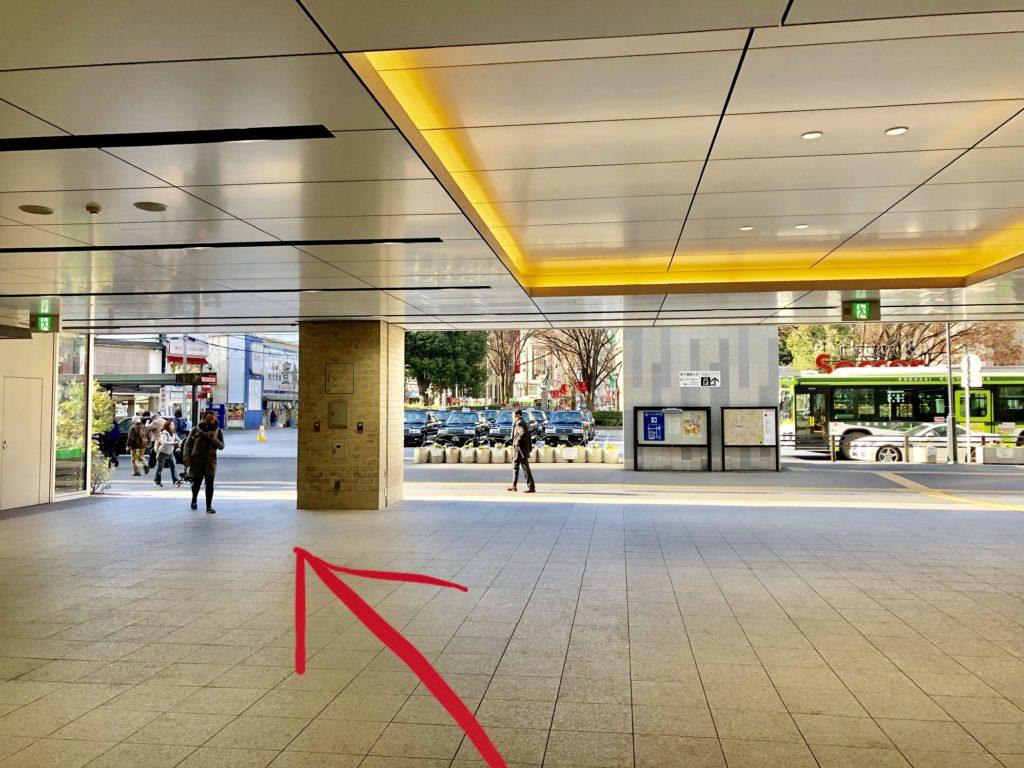浦和駅西口を上ったところ