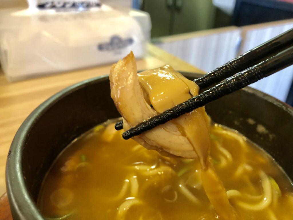 つけ麺スープの中にあるメンマとチャーシュー