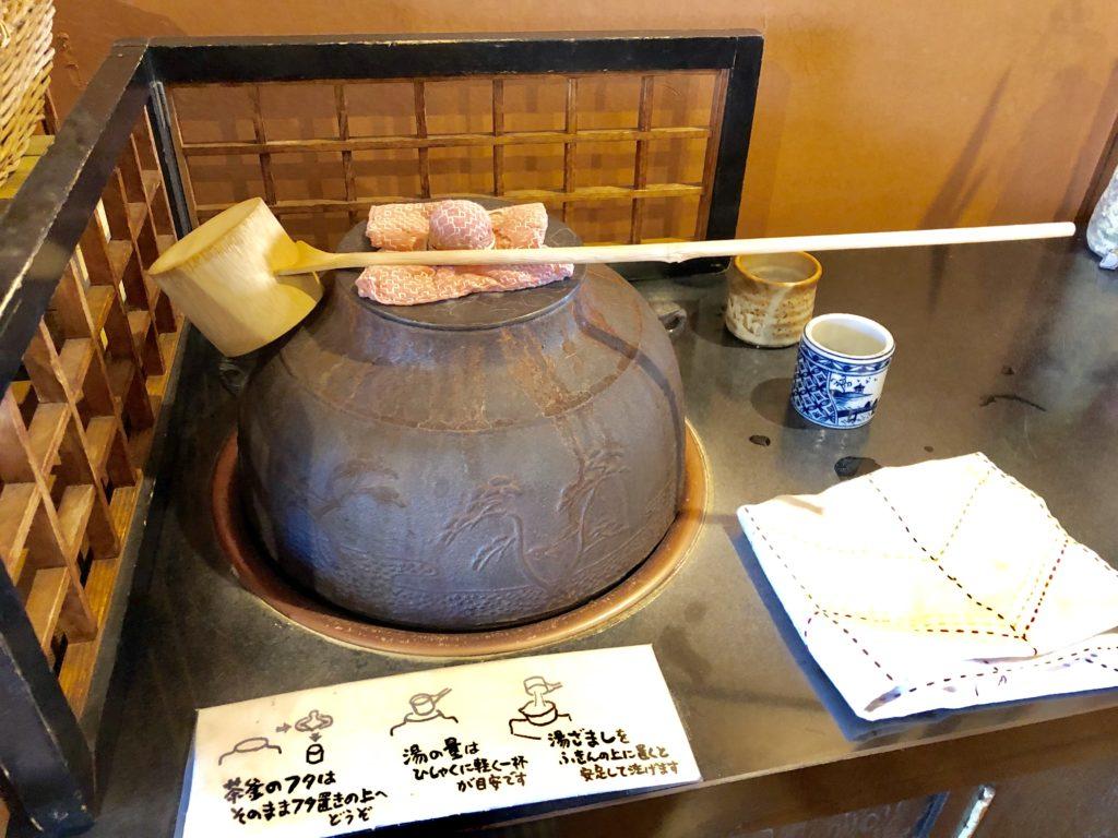 お茶をおかわりするための茶釜