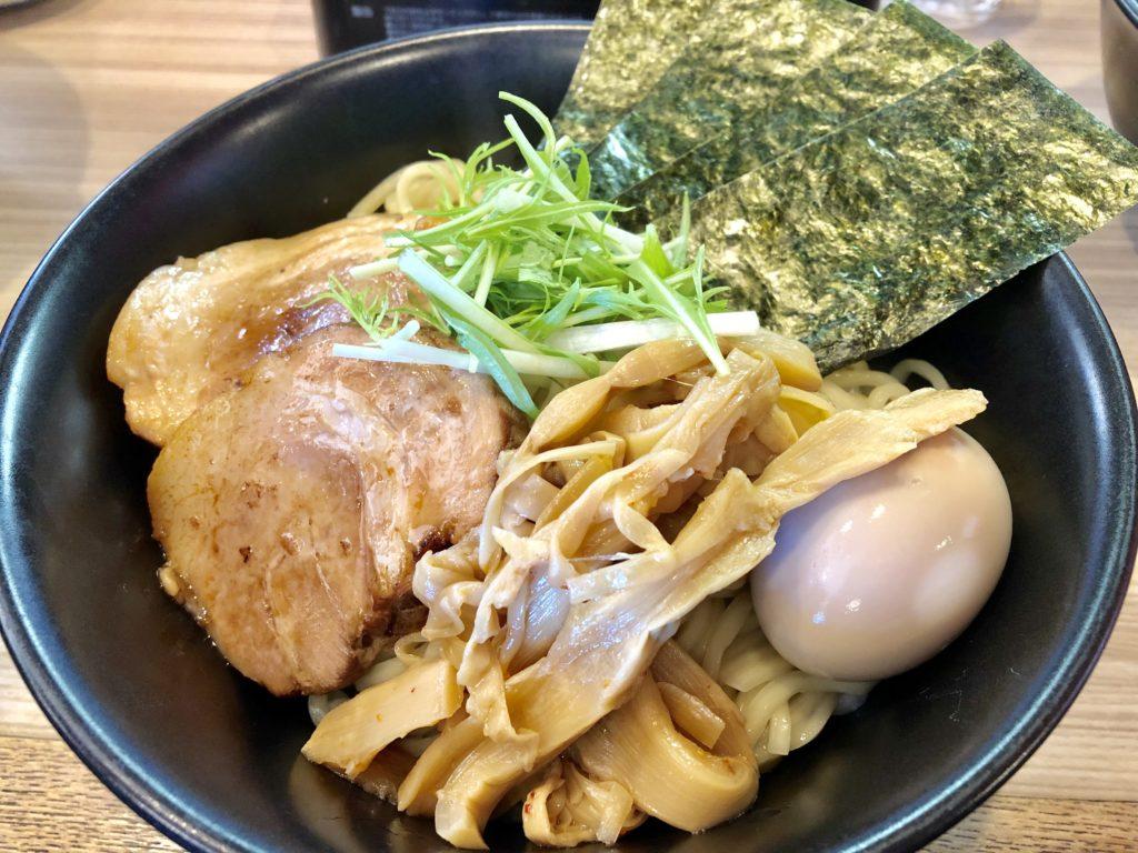メンマ・チャーシュー・味玉がトッピングされたつけ麺