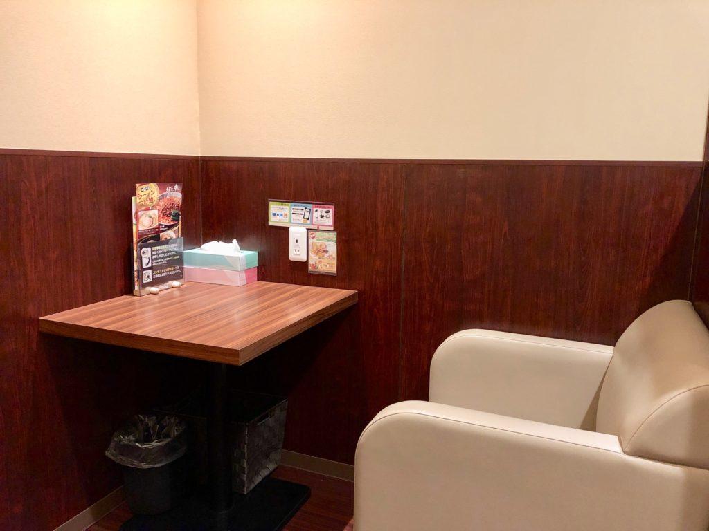 オープンシートの椅子とテーブル