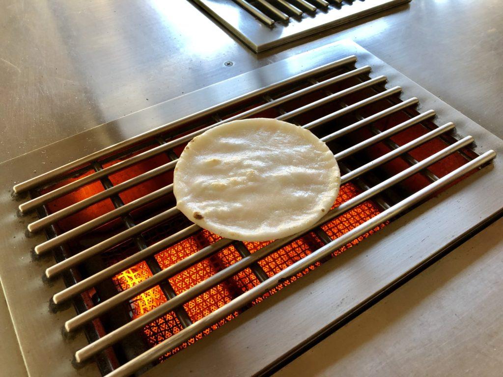 煎餅の手焼き体験をしている写真(焼き途中)