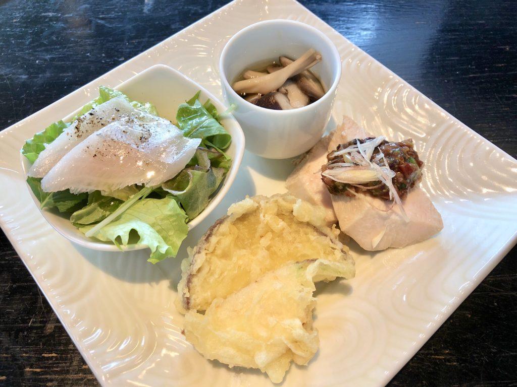 カンパチのカルパッチョ、キノコのおひたし、サツマイモ・かぶの天ぷら・蒸し鶏の4種盛り