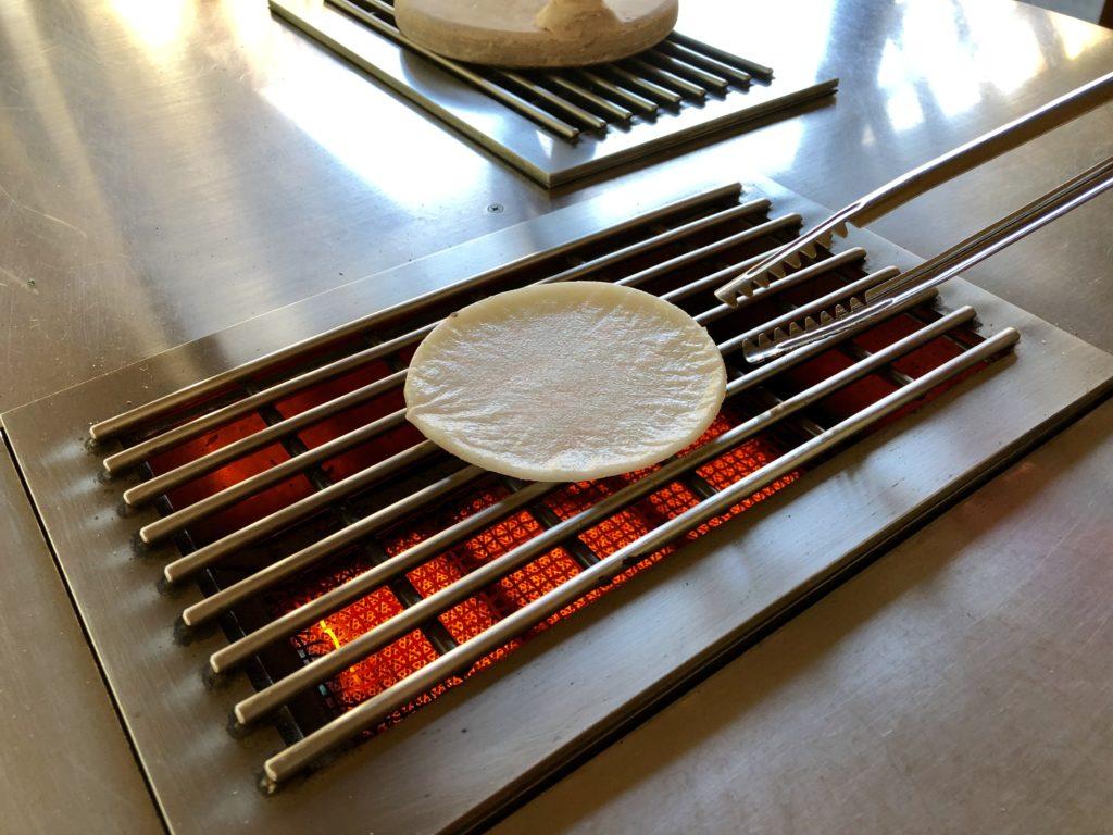 煎餅の手焼き体験をしている写真(焼き始め)