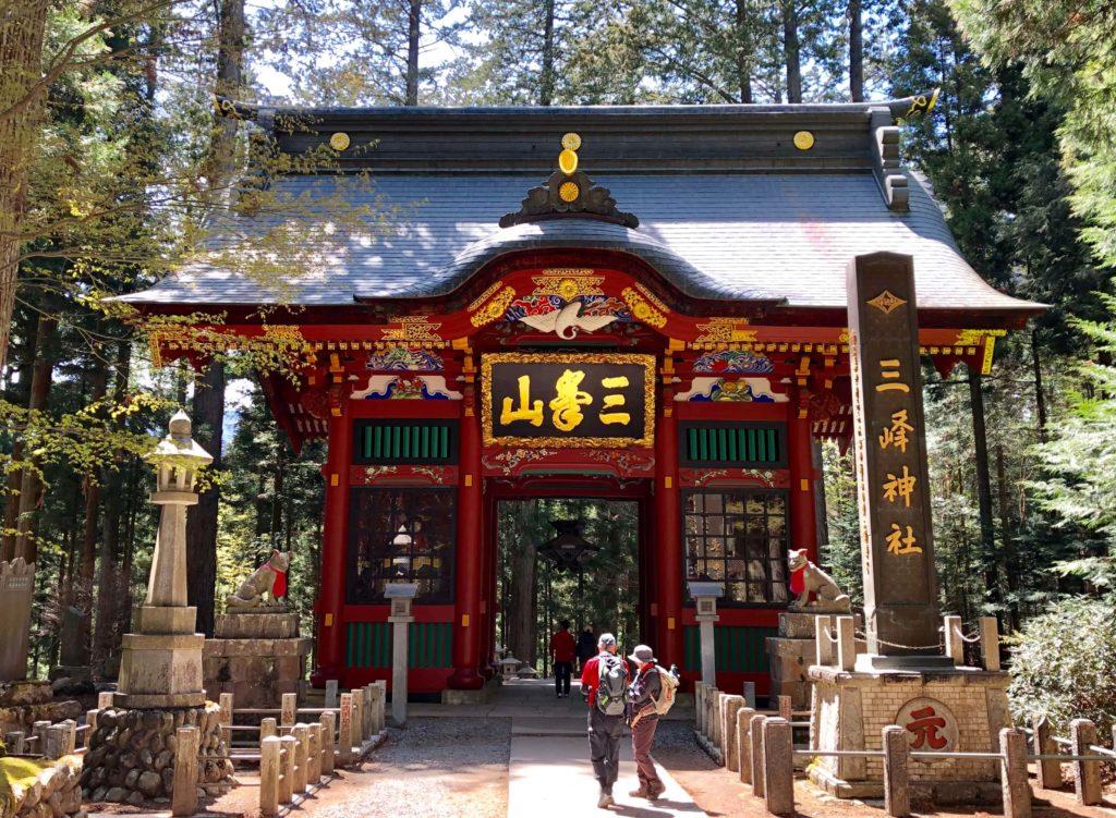 三峯神社の正面外観