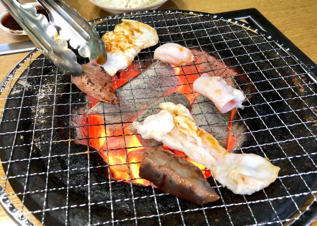豚シロ・豚レバー・豚タケノコを焼いている様子