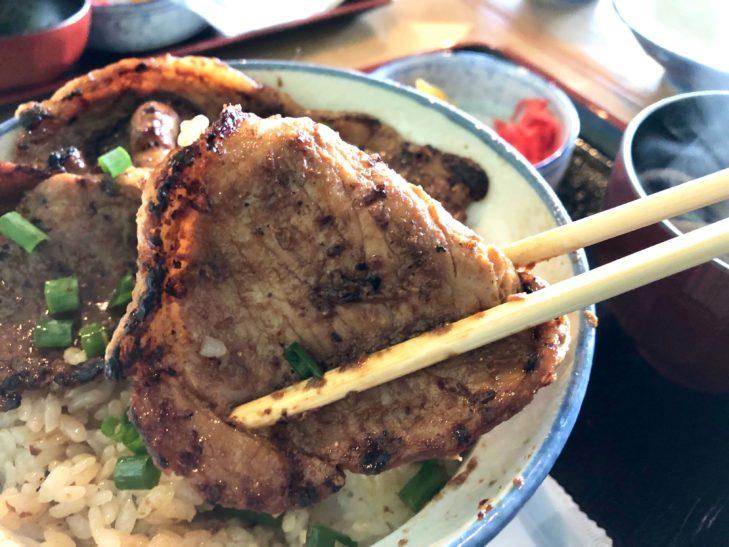 豚みそ丼を箸で掬った画像